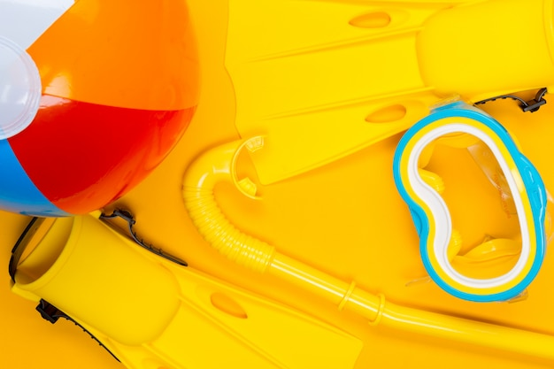 色の背景上のビーチアクセサリー。上面図。
