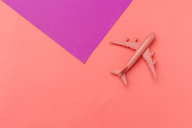 モデル飛行機、パステルカラーの背景上の飛行機。