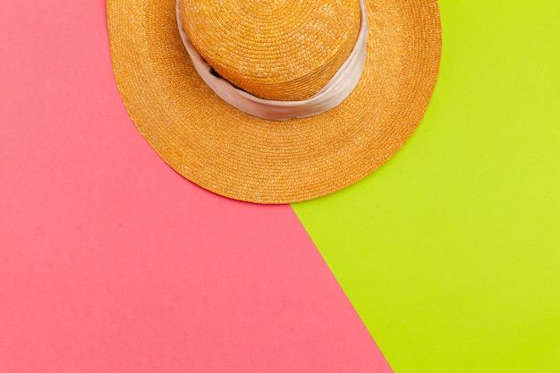 Шляпа солнца на цвет фона.