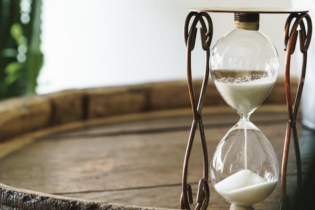 木製のテーブルに砂時計