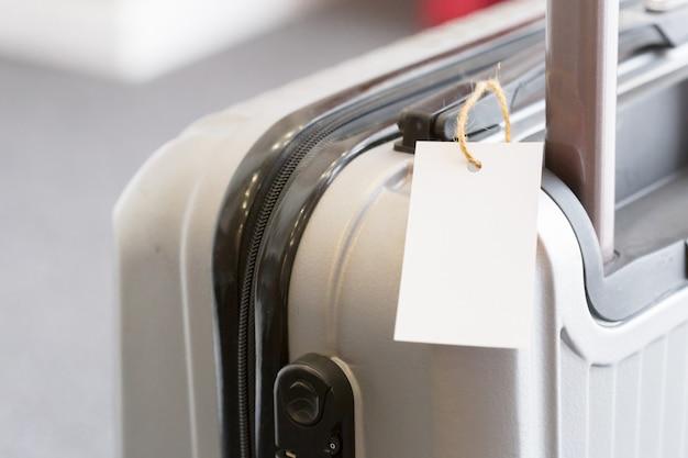 スーツケースに空白の荷物タグラベルのクローズアップ