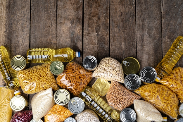 テーブルの上の缶詰食品と寄付食品