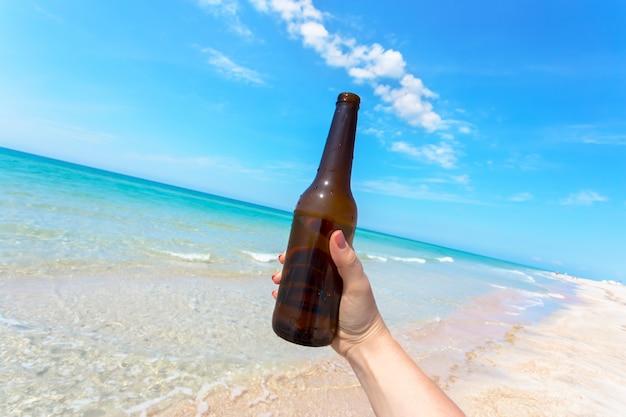 砂浜のビーチでのビール瓶