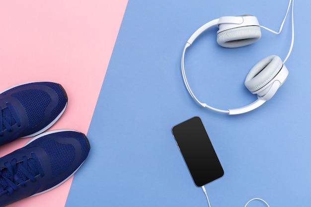 Кроссовки и мобильный телефон с наушниками