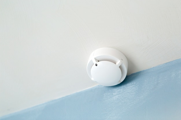 天井に白い煙感知器