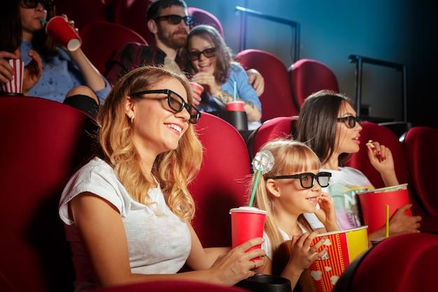 Молодая женщина с друзьями, смотреть фильм в кино