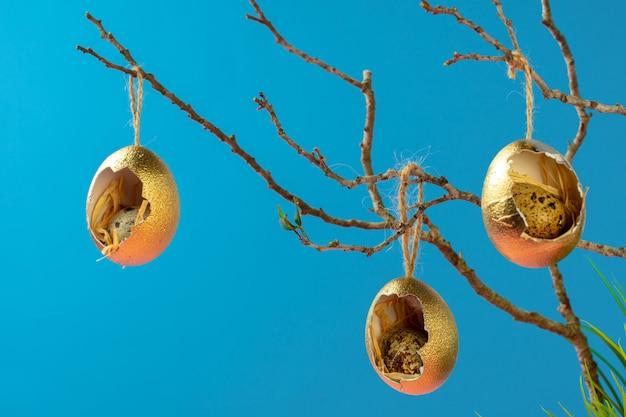 乾燥した枝にぶら下がっている着色イースターエッグ