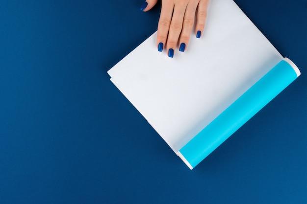 包装紙を保持している女性の手