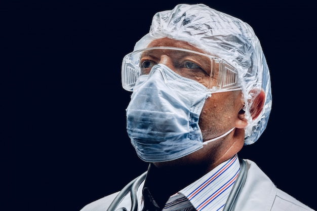 Мужской доктор носить защитную маску и очки