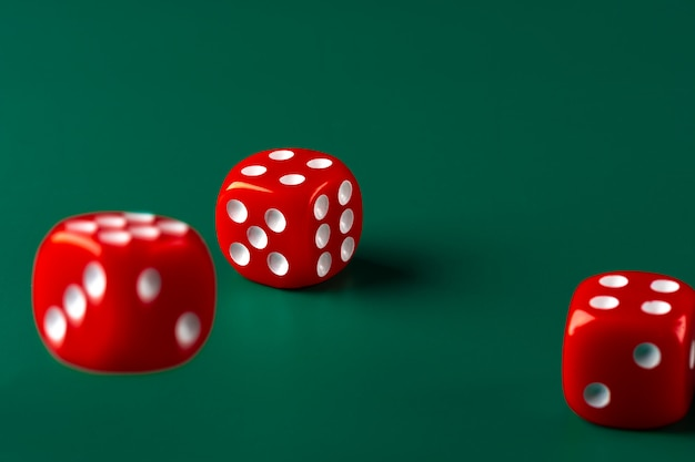 Красная кость на зеленом фоне крупным планом