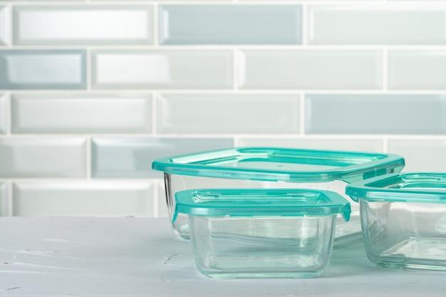キッチンカウンターの上のプラスチックの箱キッチンウェアのセット