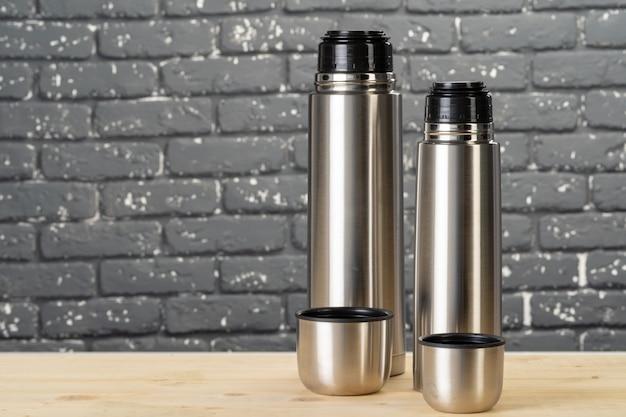 アルミ金属魔法瓶コンテナーボトルテーブルのクローズアップ