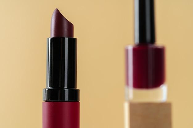濃い赤の新しい口紅コンテナーをクローズアップ
