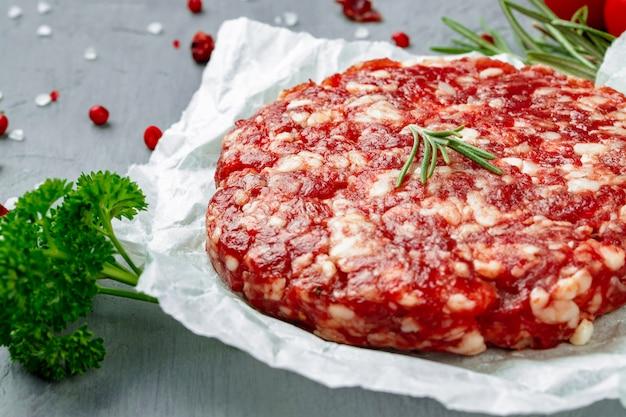 Свежий сырой домашний фарш из говядины стейк бургер, крупным планом