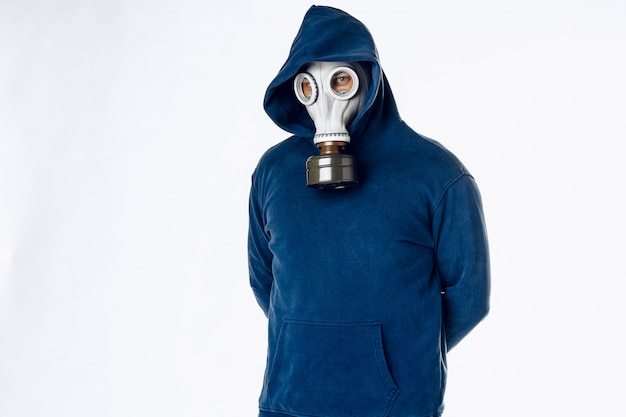 防毒マスクの男の肖像画。隔離中にパニック。コロナウイルスのパンデミアのコンセプト