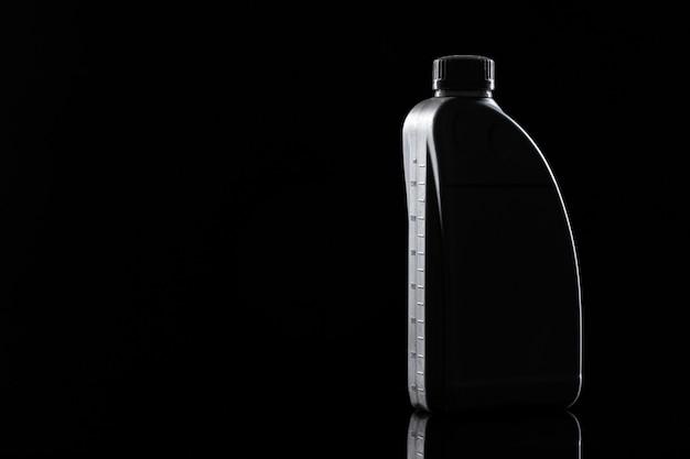Бутылка моторного масла.