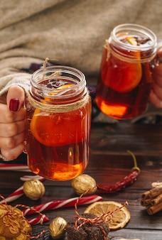 木製のテーブルにグリントワインのグラスとクリスマス組成をクローズアップ