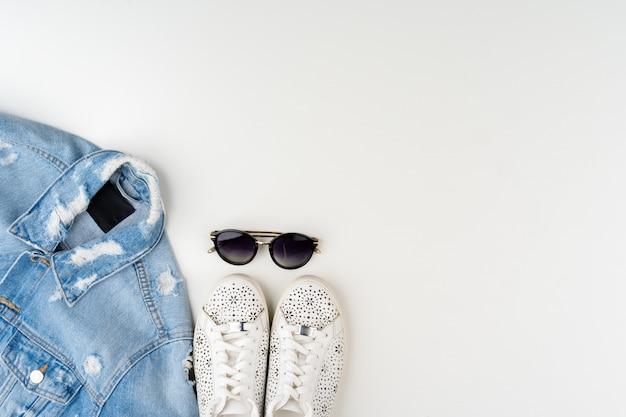 Плоская планировка женского летнего наряда на белой поверхности