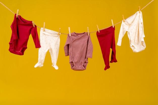 ピン留めされた赤ちゃんの服を洗濯物をクローズアップ
