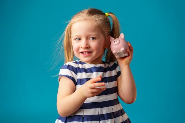 貯金箱で面白い女の子