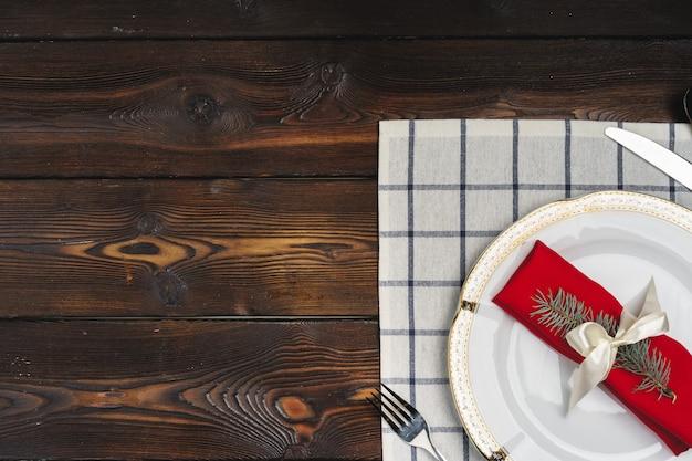 Сервировка стола в деревенском стиле на деревянной поверхности