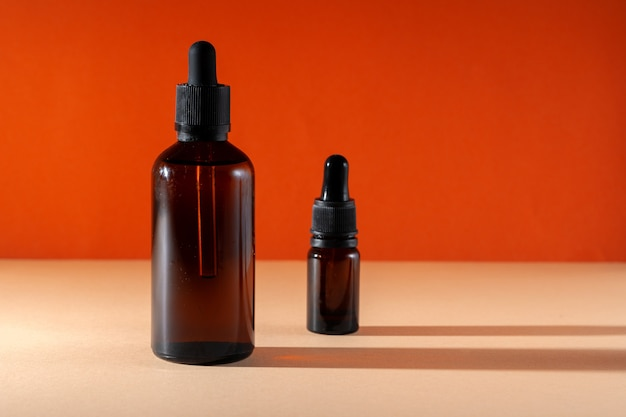 Косметическое ароматическое спа-масло в коричневой стеклянной бутылке