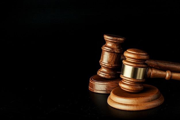 Судья молоток крупным планом на поверхности бумаги. закон и справедливость, концепция законности