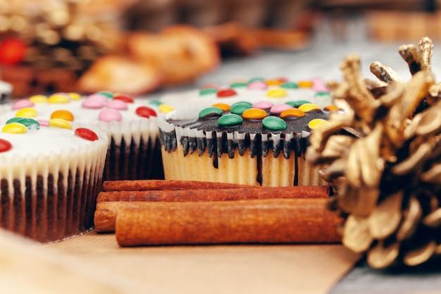 Рождественские кексы с глазурью крупным планом на столе