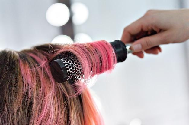 美容師は女性のヘアスタイルをします