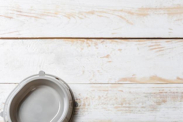 灰色の木製テーブルの上のペットボウル