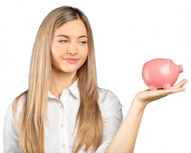 Счастливая молодая женщина с денежным ящиком на белом