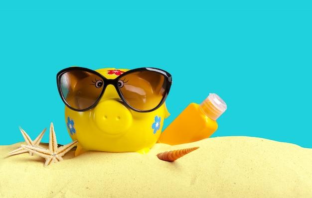 Летняя копилка с очками на пляже