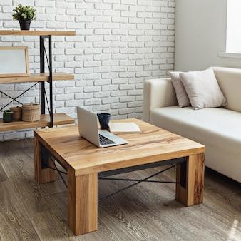 ロフトのインテリアにモダンな木製のテーブル