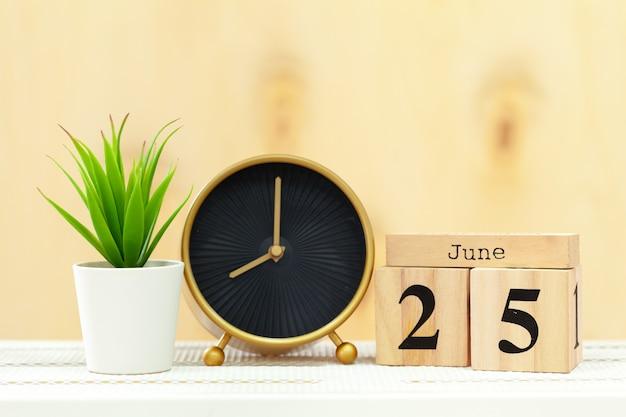 木製のテーブルの目覚まし時計をクローズアップ