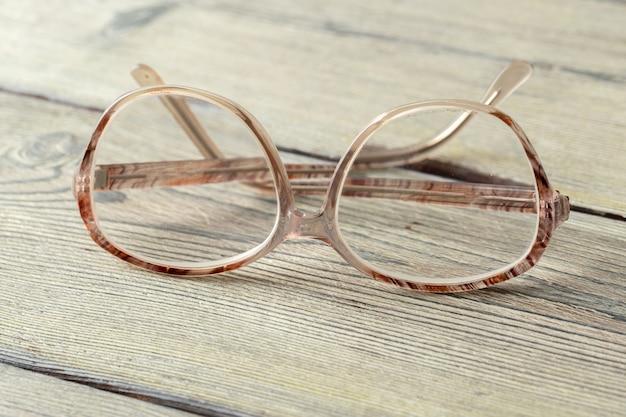 Очки на деревянный стол