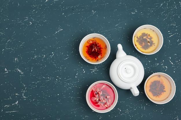 お茶のコンセプトです。セラミックボウルとカップの香り豊かなお茶でさまざまな種類の乾燥茶
