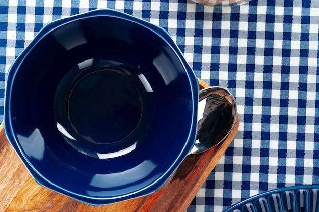Пустой синий керамическая чаша на кухонном столе крупным планом
