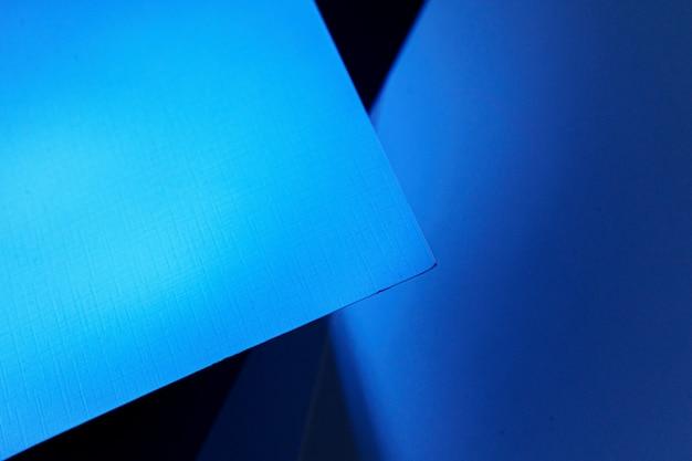 暗い青色の光、コピー領域の空白のカートン紙シートの背景