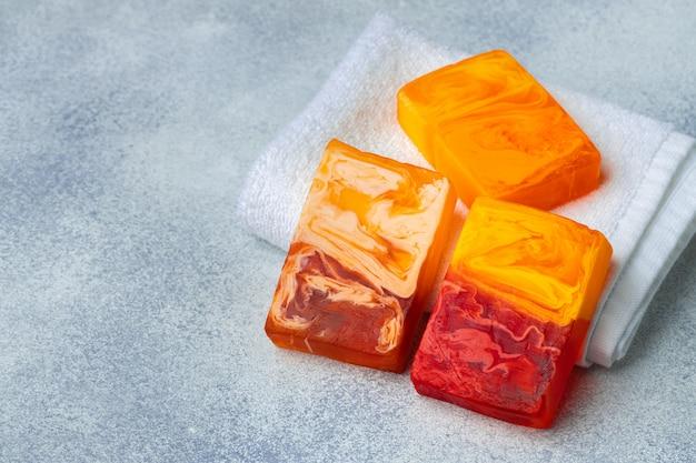 テーブルに手作りの天然オーガニック石鹸。スパ製品。クローズアップ