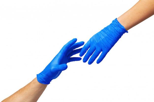 医療用手袋の男性と女性の手はお互いに伸びます。ヘルプの概念。閉じる