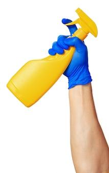 白い背景に対して隔離されるスプレーボトルを持っている手。閉じる