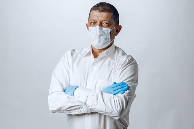 防護マスクと手袋を身に着けている老人をクローズアップ。