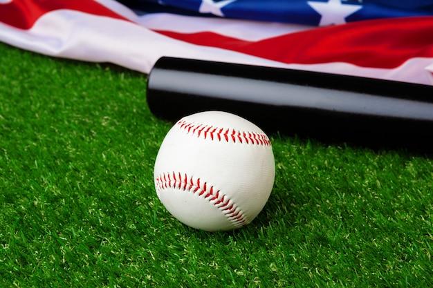 野球のバットとボールの芝生の上のアメリカの国旗