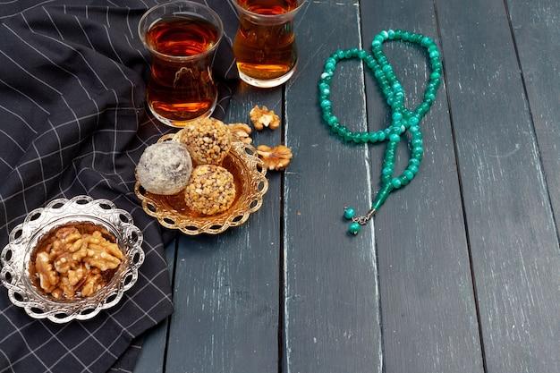 Орех шарики десерт подается с кофе на темном деревянном столе, вид сверху