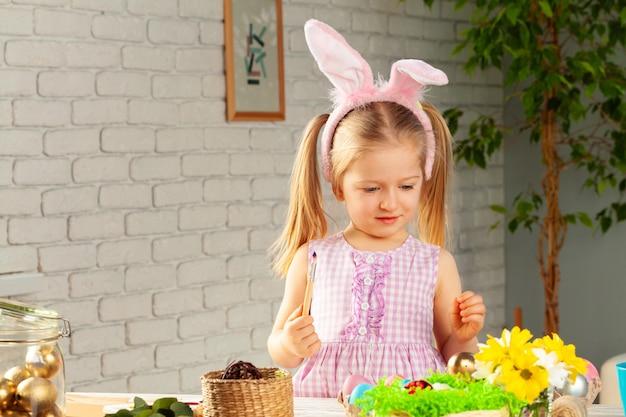 Портрет милой девушки с кистью готовы покрасить яйца