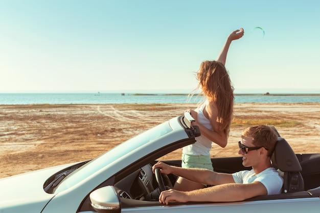 若いカップルが車で旅行