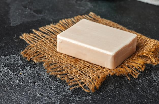 テーブルの上の天然成分と石鹸