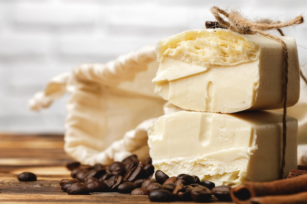 穀物のコーヒー、石鹸、木製のテーブルの構成