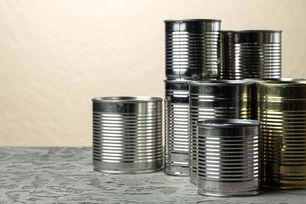 テーブルに肉や魚などの食事が入った多くの缶、保存食