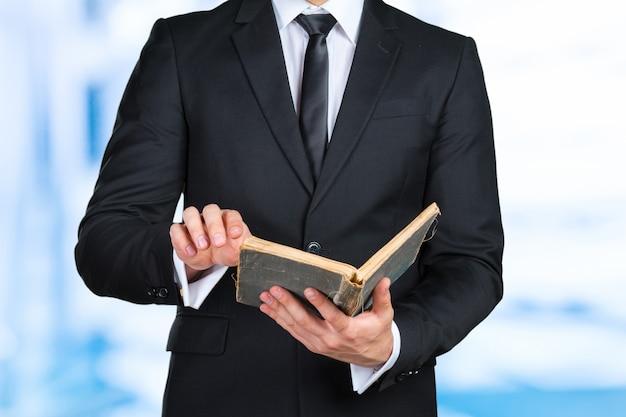 До неузнаваемости бизнесмен держит книгу крупным планом